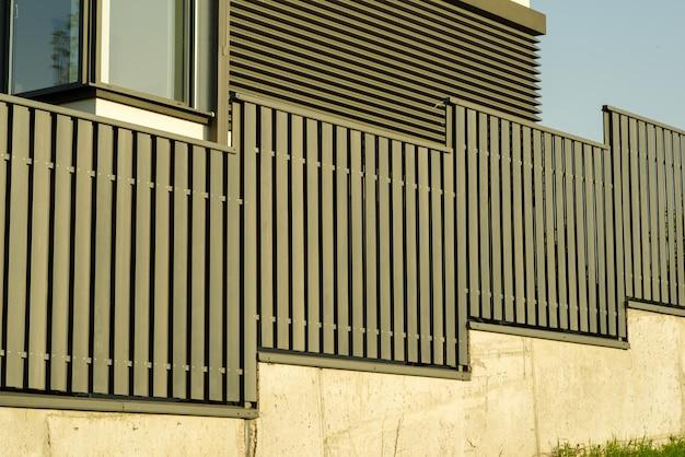 Metalowe ogrodzenie w pobliżu domu