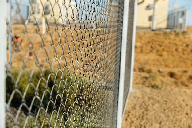 Metalowe ogrodzenie z drutu lub stalowa siatka
