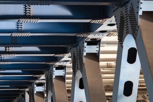 Metalowe podpory mostu niosące widok zbliżenia ciężkiej drogi podkonstrukcji mostu