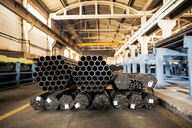Metalowe rury na magazynie, rzędy metalowych rur w magazynie przemysłowym.