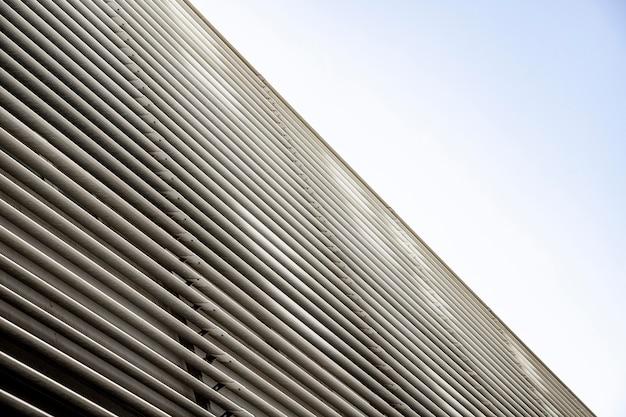 Metalowe ściany budynku i niebo