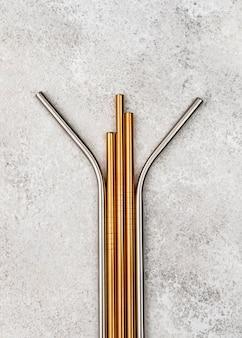 Metalowe słomki wielokrotnego użytku leżą płasko