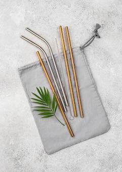 Metalowe słomki wielokrotnego użytku w torbie