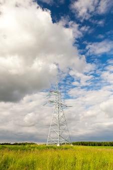 Metalowe słupy do linii elektrycznych w terenie.