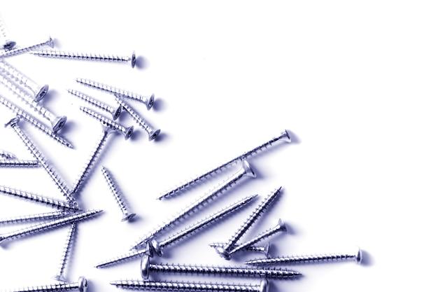 Metalowe śruby zbliżenie na białym tle