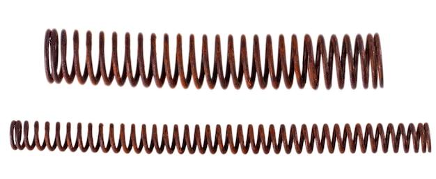 Metalowe stare zardzewiałe długie mechaniczne sprężyny na białym tle