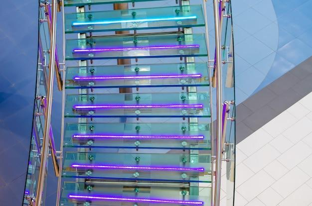 Metalowe szklane schody z neonowym podświetleniem led.