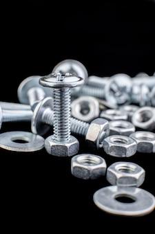Metalowe tło śruby i nakrętki. makro narzędzia robocze. elementy mocujące.