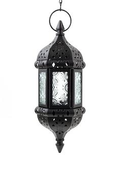 Metalowe wiszące marokańska latarnia świeca na białym tle.