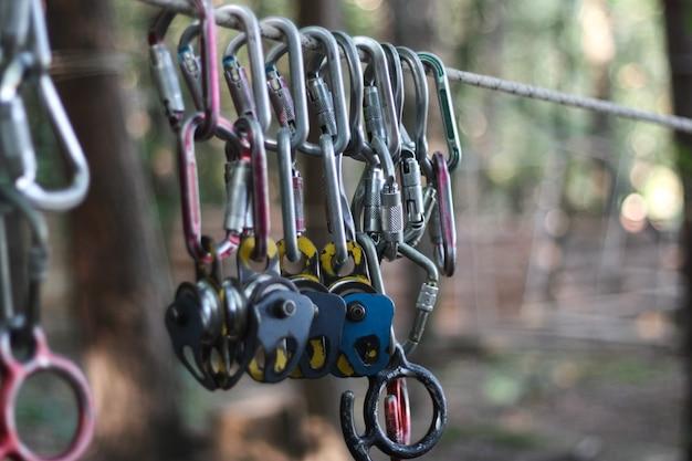 Metalowe wsporniki i mocowanie do kolejki linowej