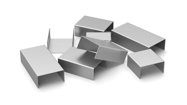 Metalowe zszywki na białym tle