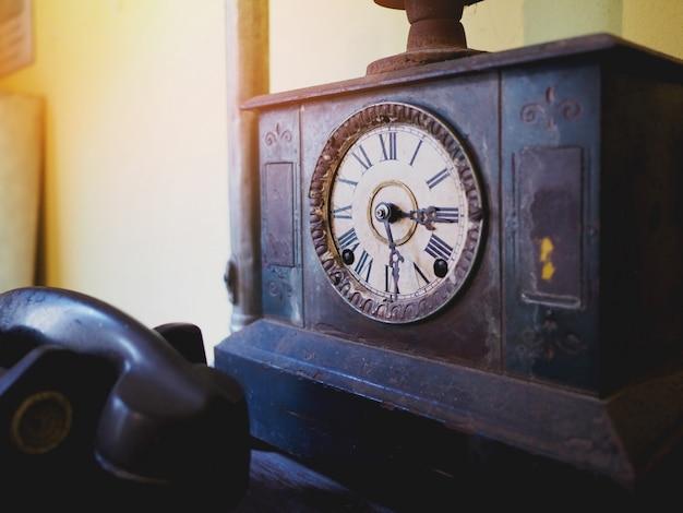 Metalowy antyczny i zardzewiały zegar