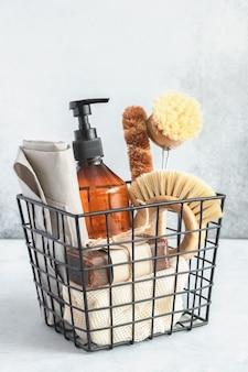 Metalowy kosz z naturalnymi środkami i narzędziami do czyszczenia