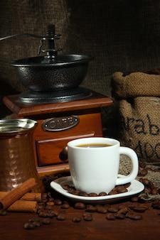 Metalowy kubek turka i kawy w ciemności on
