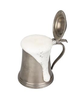 Metalowy kufel do piwa z piwem na białym tle