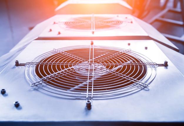 Metalowy nawiewnik klimatyzacji przemysłowej. hvac. wentylator.
