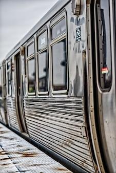 Metalowy pociąg na dworcu w chicago