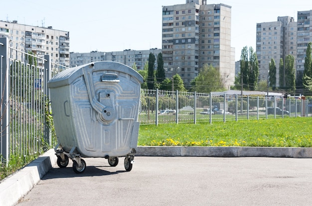 Metalowy pojemnik na śmieci