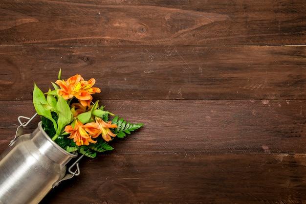 Metalowy pojemnik z liliami