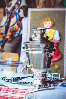 Metalowy samowar na ladzie na festiwalu maslenitsa na białorusi