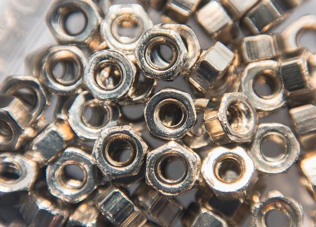 Metalowy stos orzechów na tlezamknij makro z selektywną ostrością
