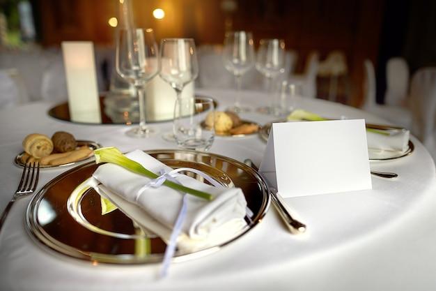 Metalowy talerz z serwetką i kwiatkiem w restauracji