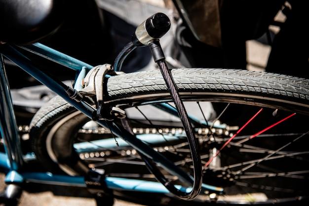 Metalowy zamek na kole rowerowym