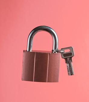 Metalowy zamek z kluczem w kolorze waniliowego różu