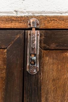 Metalowy zatrzask na drewnianych drzwiach