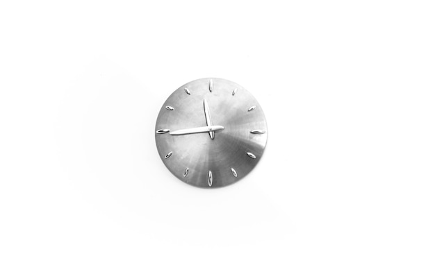 Metalowy zegar ścienny na białym tle