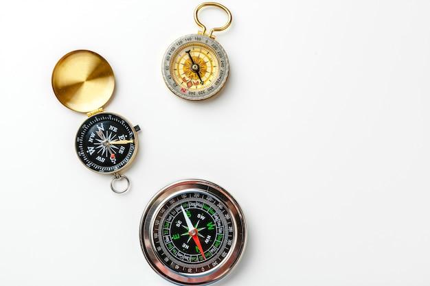 Metalu kompas odizolowywający na białym tle