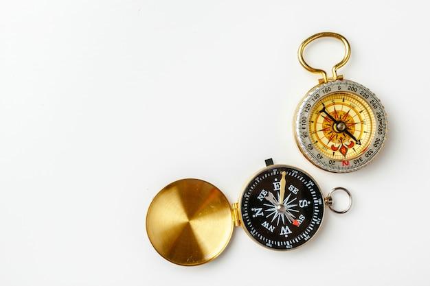Metalu kompas odizolowywający na bielu