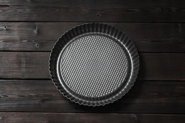 Metalu pieczenia naczynie torty na drewnianym tle