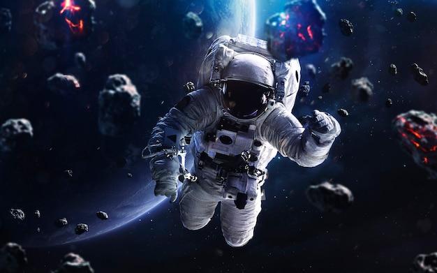 Meteoryty i astronauta. obraz z kosmosu, fantasy science fiction w wysokiej rozdzielczości, idealny do tapet i druku. elementy tego zdjęcia dostarczone przez nasa