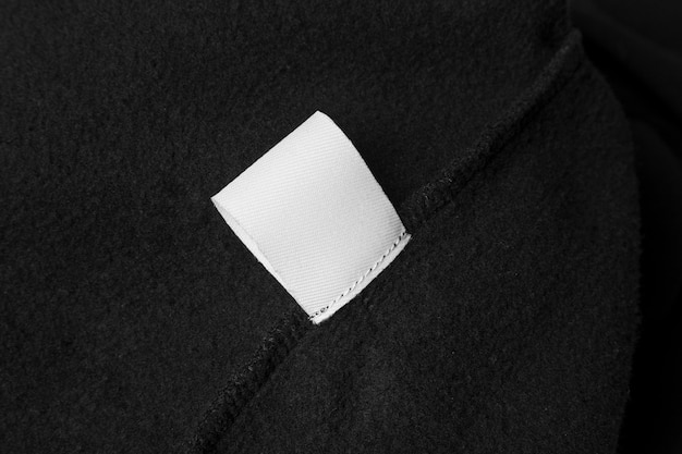 Metka na ubrania na czarnym materiale