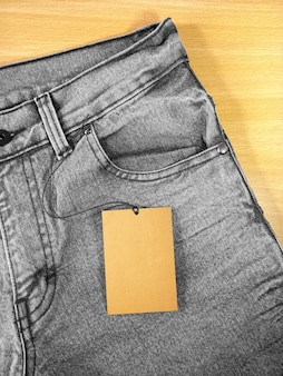 Metka z ceną na czarno-szare dżinsy