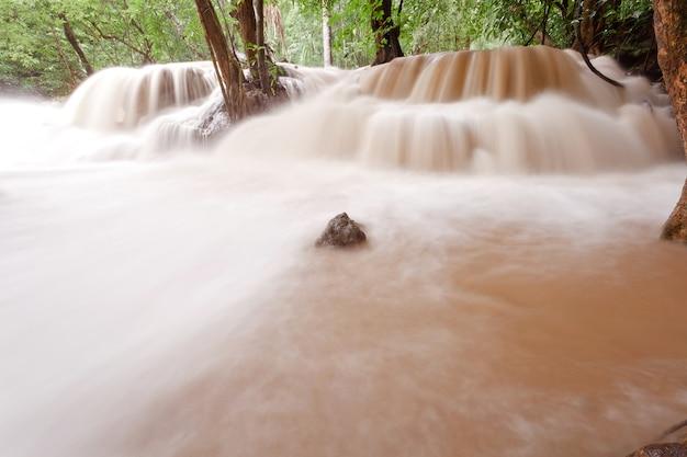 Mętna woda tropikalnego wodospadu po ulewnym deszczu