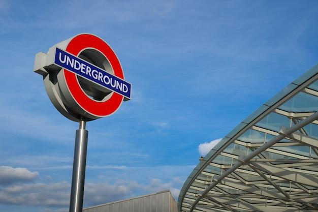 Metro pociąg podpisuje wewnątrz londyńskiego anglia
