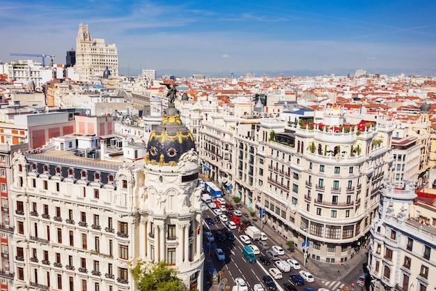 Metropolis building lub edificio metropolis to budynek biurowy na rogu calle de alcala i gran via w madrycie w hiszpanii