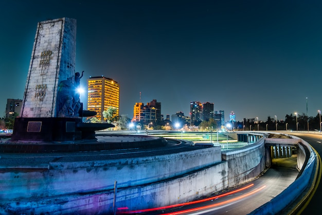 Mexico city nocny krajobraz, fontanna naftowa i autostrada periferico