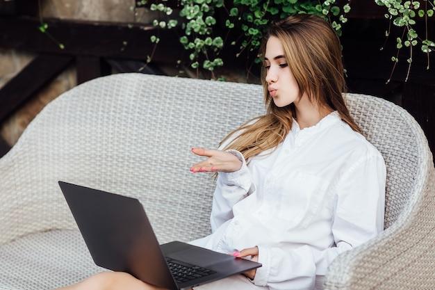 Mężatka rozmawiająca z mężem przez laptopa w godzinach porannych.