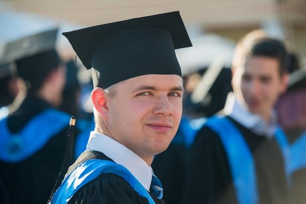 Mężczyzna absolwent