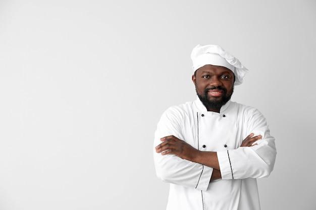 Mężczyzna afroamerykański kucharz na białym