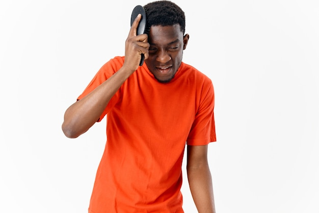 Mężczyzna afrykański wygląd i grzebienie do pielęgnacji włosów na białym tle