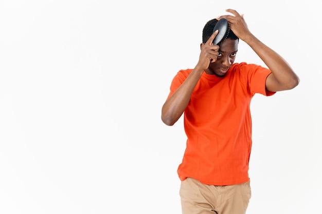 Mężczyzna afrykański wygląd z grzebieniem w dłoniach fryzjerka do pielęgnacji włosów