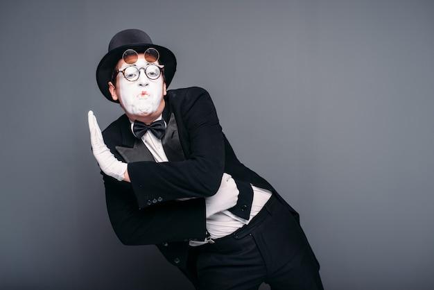 Mężczyzna aktor pantomimy zabawa wykonywania