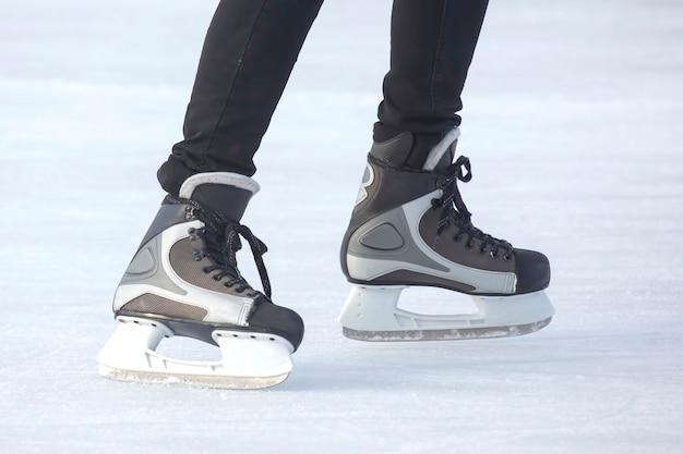 Mężczyzna aktywnie jeździ na łyżwach na lodowisku