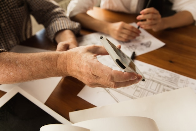 Mężczyzna architekt przedstawia projekt przyszłego domu dla młodej rodziny