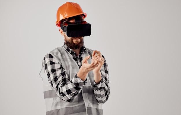 Mężczyzna architekt w zestawie słuchawkowym wirtualnej rzeczywistości