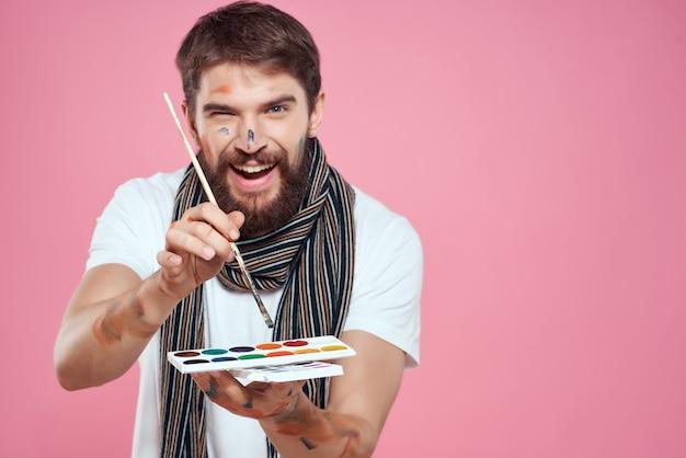 Mężczyzna artysta maluje paletę pędzlem rysunek sztuka na białym tle